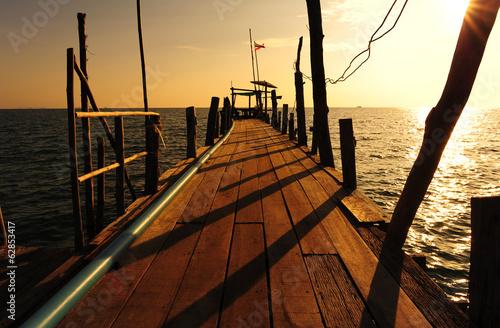Papiers peints Morning Glory Wood Dock at Sunrise Sea