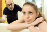 Vater schimpt mit Tochter in Pubertät