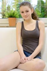 Hübscher Teenager entspannt auf Sofa