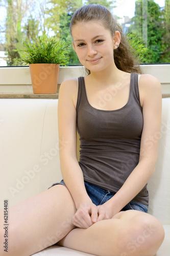 canvas print picture Hübscher Teenager entspannt auf Sofa