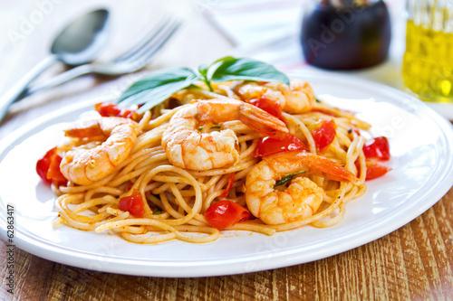 Aluminium Schaaldieren Spaghetti with prawn and tomato