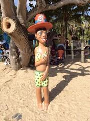 Веселая скульптура на пляже
