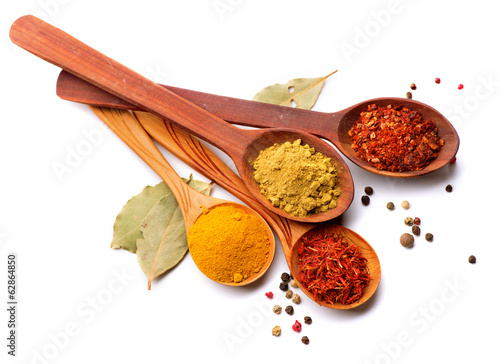 In de dag Kruiden Spices and herbs. Curry, saffron, turmeric, cinnamon over white
