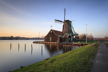 Mínho de vento de Zaanse Schans típicos da Holanda
