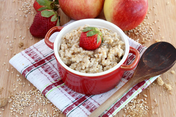 Oatmeal with apples and strawberries