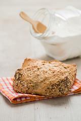 Pagnottella di pane ai cereali posata su un tavolo