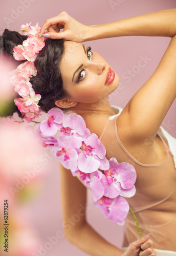 Brunette beautie with the spring flowers