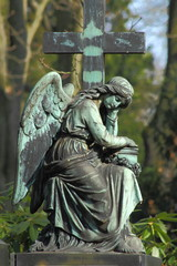 Engel am Kreuz sitzend