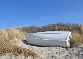 Boot lagert in den Dünen