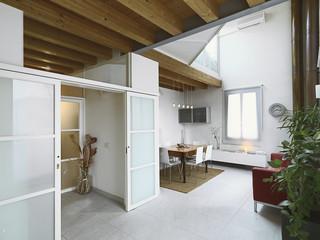moderna sala da pranzo con soffitto di legno