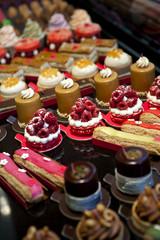 Petits gâteaux dans une pâtisserie
