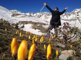 baharı karşılayan mutlu dağcı