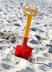 Rote Schaufel am Strand