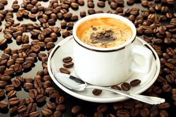 Tasse Espresso  und Bohnen