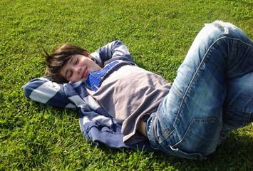 Bambino sdraiato nell'erba