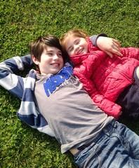 Bambini sdraiati nell'erba
