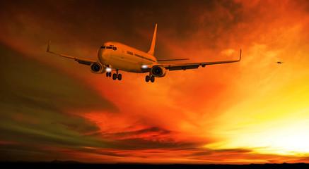 Passagierflugzeug landet am Abend