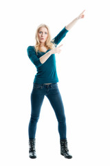 Blonde Frau zeigt mit den Fingern hoch
