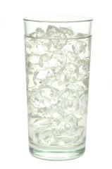szklanka wody z lodem na białym tle