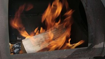 BBQ buchstaben erscheinen im Feuer auf Holz