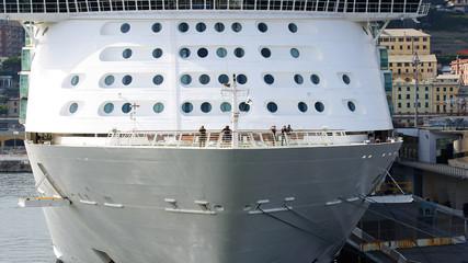 Proa de trasatlántico en el puerto de Génova, Italia