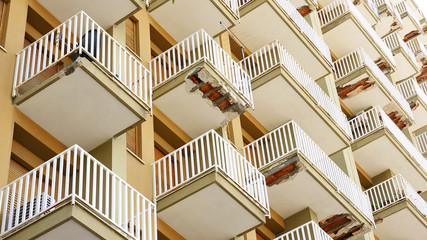 Balcones deteriorados en Palermo, Italia