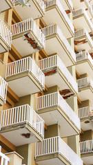 Fachada de balcones deteriorados, Palermo, Italia