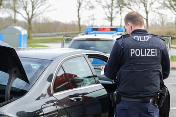 Polizeibeamter bei einer Verkehrskontrolle