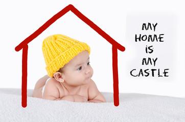 Lächelndes Baby im Haus