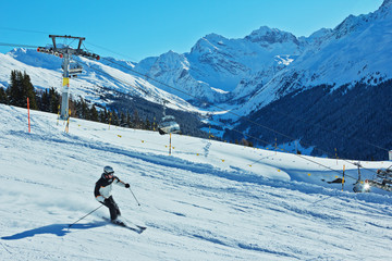 Ski Abfahrt in den Alpen