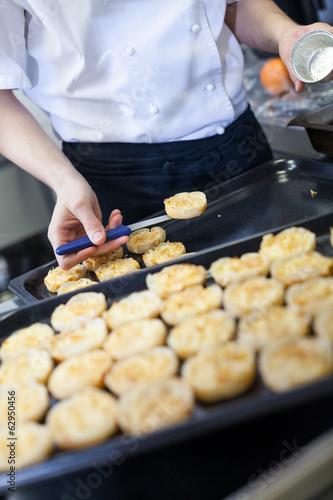 Papiers peints Boulangerie Chef preparing desserts removing them from moulds