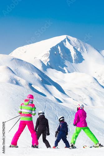 Papiers peints Alpes Family on ski vacations.