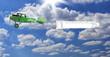 biplano verde con striscione