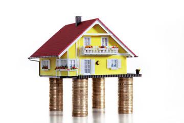 Haus steht auf gute Münzen Pfeiler