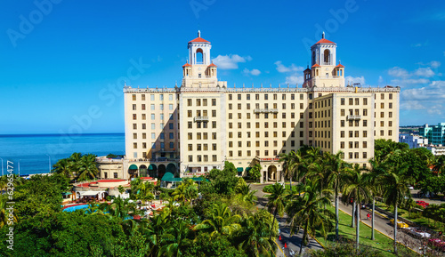 Poster Centraal-Amerika Landen View of Hotel Nacional among green palm trees in Havana. Cuba
