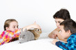 Kinder mit zwei Hasen
