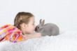 Mädchen gibt einem Hasen einen Kuss