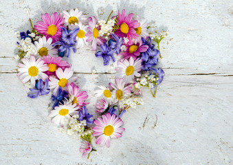 Romantik: Herzliche Grüße mit Frühlingsblumen :)