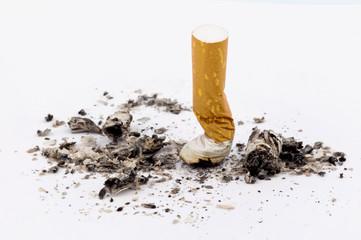 Rauchen aufhören. Ausgedämpfte Zigarette