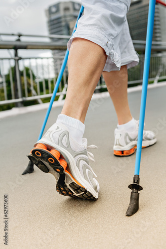 Seniorin beim Nordic-walking