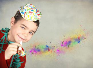 Bambino felice con fischietto