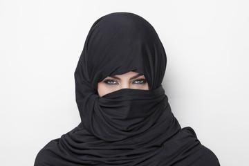 Ragazza che indossa il burqa