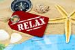 Holzanhänger mit Sand, Muscheln, Seestern, Weltkarte