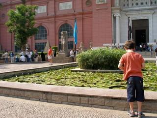 enfant devant le bassin aux nénuphars musee du caire