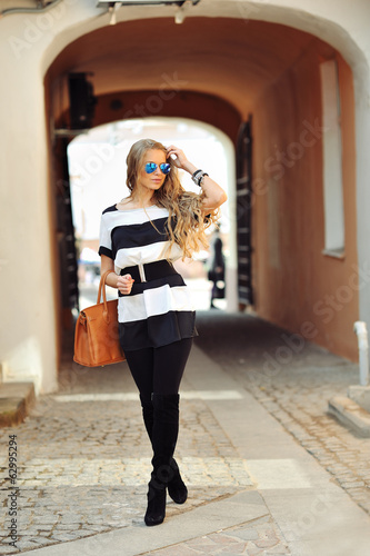 Glamourous portrait of the young beautiful woman in sunglasses