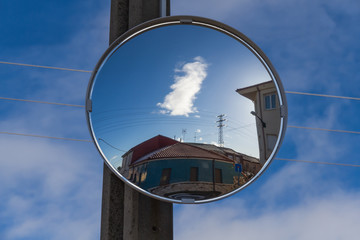 Espejo Convexo en Cruce de Calles