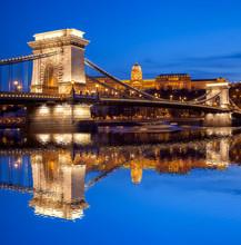 Château et chaîne Budapest pont dans la soirée, la Hongrie