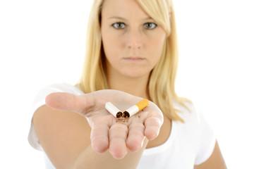 Nichtraucher mit kaputter Zigarette