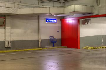 Abholplatz für Menschen in der schmutzigen Garage