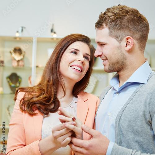 Verliebtes Paar beim Juwelier